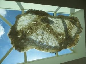 LiEr lichtobject 170x 130 cm ruwe wol en smeedwerk.